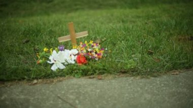 Roadside memorial cross — Stockvideo