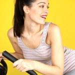 運動用の自転車を使用して若い女性 — ストック写真