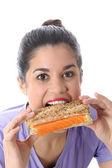 魅力的な若い女性を食べる — ストック写真