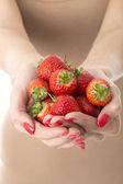 年轻女子控股草莓 — 图库照片