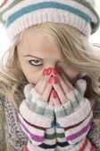 Zimno młoda kobieta ubrana wełnisty kapelusz i rękawice — Zdjęcie stockowe