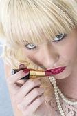 Jeune femme séduisante, appliquer le rouge à lèvres — Photo