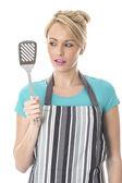 Joven sosteniendo una rebanada de cocina — Foto de Stock