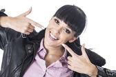 Kendisi işaret eden genç bir kadın — Stok fotoğraf