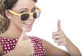 年轻女人穿太阳眼镜给拇指向上 — 图库照片