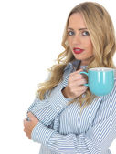Młoda kobieta picie herbaty — Zdjęcie stockowe