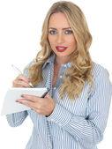 Mladá žena pití čaje — Stock fotografie