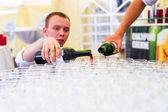 Versando il vino — Foto Stock