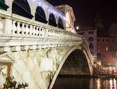 Venice, rialto bridge night — Stock Photo
