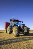 Tractor towing wheat in Villambroz, Palencia, Spain — Stock Photo