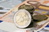 Algunos billetes en cincuenta y cinco euros y monedas — Foto de Stock