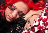 Menina de cabelo vermelho com flores — Fotografia Stock