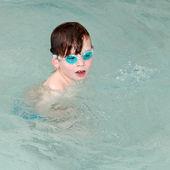 Chlapec plavání v bazéně. — Stock fotografie