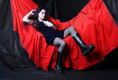 Misteriosa mulher gótica no quarto. — Foto Stock
