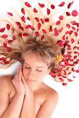 Jovem mulher bonita com ervas secas em seus longos cabelos — Foto Stock