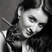 Portrait of elegant smoking woman. Fashion photo. — Stock Photo