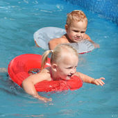 Two children swimming in a life ring. — Foto Stock