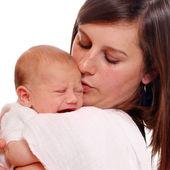 Jeune maman avec une fille nouveau-née. — Photo