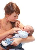 彼女は赤ん坊を持つ若い母親. — ストック写真