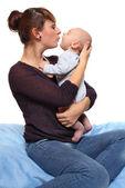 Ung mor med sin baby. — Stockfoto