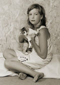 Söt flicka med katt. — Stockfoto