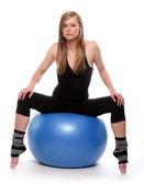 Woman sitting on ball. — Foto Stock