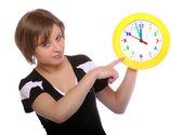 Piękna blondynka gospodarstwa zabawny zegar. obraz koncepcyjny. — Zdjęcie stockowe