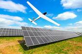 Painéis de energia solar e a aeronave solar — Fotografia Stock