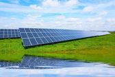 Paneles de energía solar contra el cielo soleado. — Foto de Stock