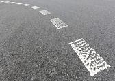 старый дорожный знак на шоссе. — Стоковое фото