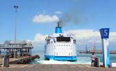 Tripulación no identificado preparando gran barco — Foto de Stock