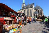 People enjoy the Easter market — Stock Photo
