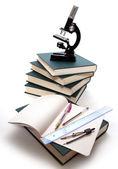 Microscópio, livros e outras ferramentas para o ensino universitário. — Foto Stock
