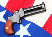 Pistolet derringer double sur un drapeau américain. — Photo