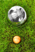 Las bolas de petanca en un pasto verde. — Foto de Stock
