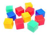 красочные пластиковые кубики на белом фоне. — Стоковое фото
