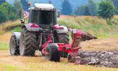трактор, вспашка поля — Стоковое фото