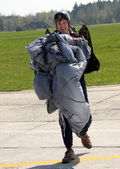 Man bears parachute — Photo