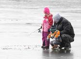 Otec učil děti rybaření — Stock fotografie