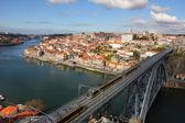 поезд через dom luis i мост, порто, португалия — Стоковое фото