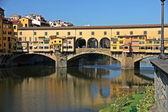 Ponte vecchio sull'arno fiume, Firenze, Italia — Foto Stock