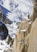 Equipo trepadores de la montaña, escalar en la montaña de hielo — Foto de Stock