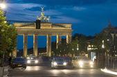 Brandenburg kapısı ile araba yaya trafiği geceleri bm üzerinde yaktı — Stok fotoğraf