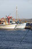 捕鱼船在港口阿达玛斯米洛什 · 基克拉迪希腊岛格雷克 — 图库照片