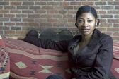 Güzel bir kadın kanepe — Stok fotoğraf