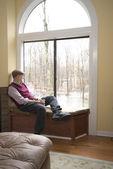 Man i vardagsrummet tittar på översvämningsskador — Stockfoto