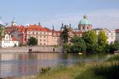 布拉格堡区由 vlata 河 — 图库照片