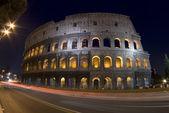 Colosseum i natt skymningen — Stockfoto