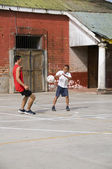 Native nicaragu garçons jouent au football sur terrain concret de sport — Photo