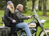 Donna e uomo sulla moto — Foto Stock